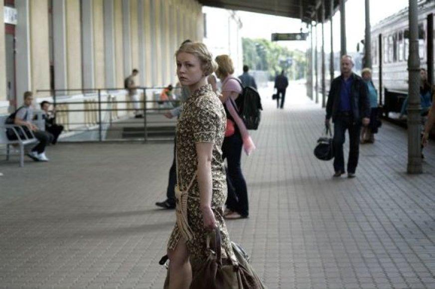 """Kadras iš filmo """"Anarchija žirmūnuose"""" su aktorė Toma Vaškevičiūte"""