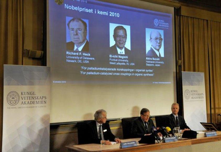 Šių metų Nobelio premija už pasiekimus chemijoje trečiadienį skirta Richardui Heckui ir Jungtinių Valstijų ir japonų mokslininkams Ei-ichi Negishi bei Akirai Suzuki, kurie atrado naujo tipo jungtis tarp anglies atomų, paskelbė Nobelio komitetas.