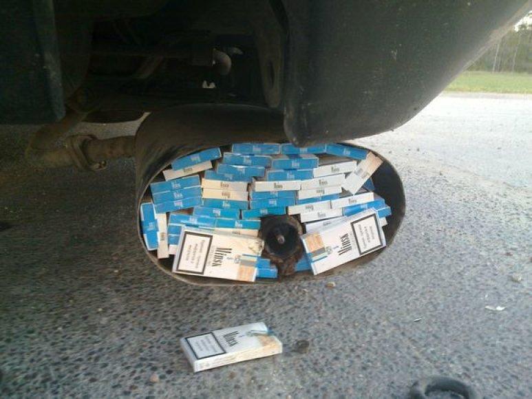 Rūkalai buvo sukišti į du automobilio duslintuvo bakelius.