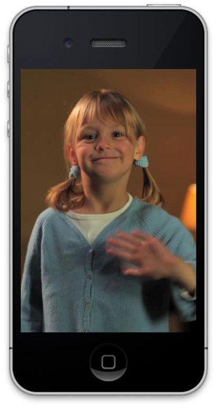 """""""iVaikas"""" – tai išmaniojo telefono programa, kurią parsisiuntus į savo """"iPhone"""" galima nuolat stebėti, ką veikia mergaitė."""