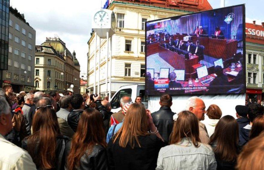Kroatai gatvėje stebi teismo procesą.
