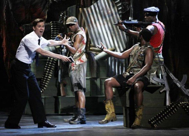 """Aktorius Andrew Rannellsas vaidina ištrauką iš miuziklo """"Mormono knyga"""""""