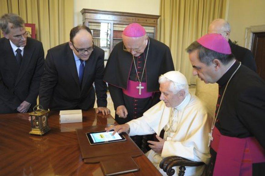 """Popiežius rašo savo """"iPad"""" kompiuteryje."""
