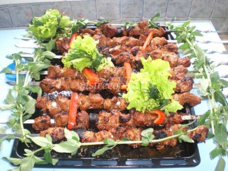 Prieš kepant leiskite mėsai bent porą valandų pasimarinuoti.
