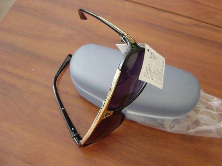 """Atplėšę paketą, muitininkai jame atrado 8-erius akinius nuo saulės su firmos """"Ray Ban"""" prekiniu ženklu."""