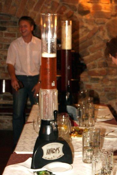 """Ekskursijos metu aplankomame restorane """"Avilys"""" galima paskanauti čia gaminamo alaus su medumi, kuris patiekiamas iš štai tokių, metro dydžio bokalų. Juose įmontuota ir šaldymo sistema."""