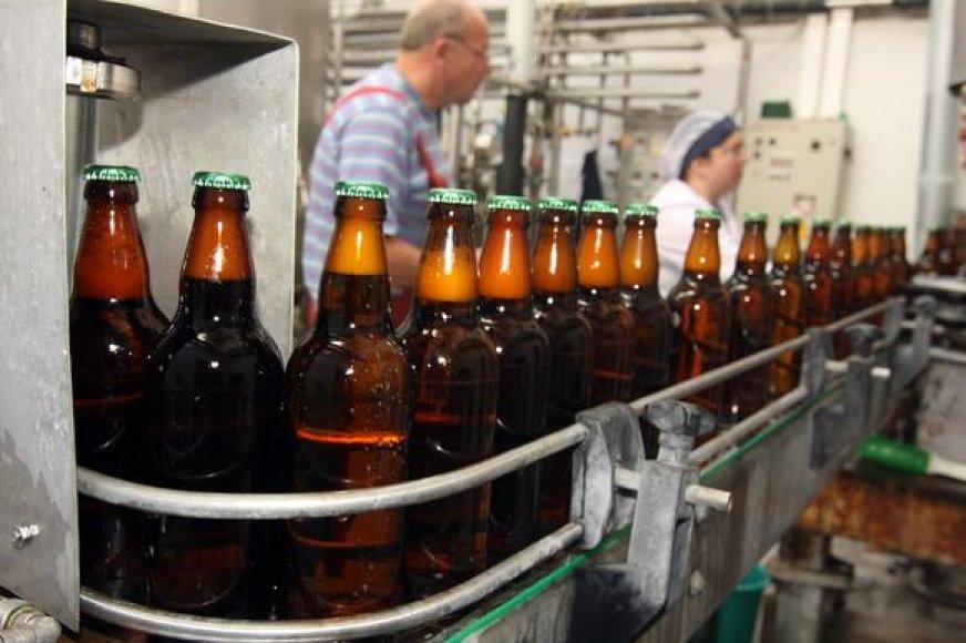 """Klasikiniu būdu gaminamas """"Kauno alaus"""" alus parduotuves dažniausiai pasiekia stikliniuose arba plastinkiuose buteliuose."""