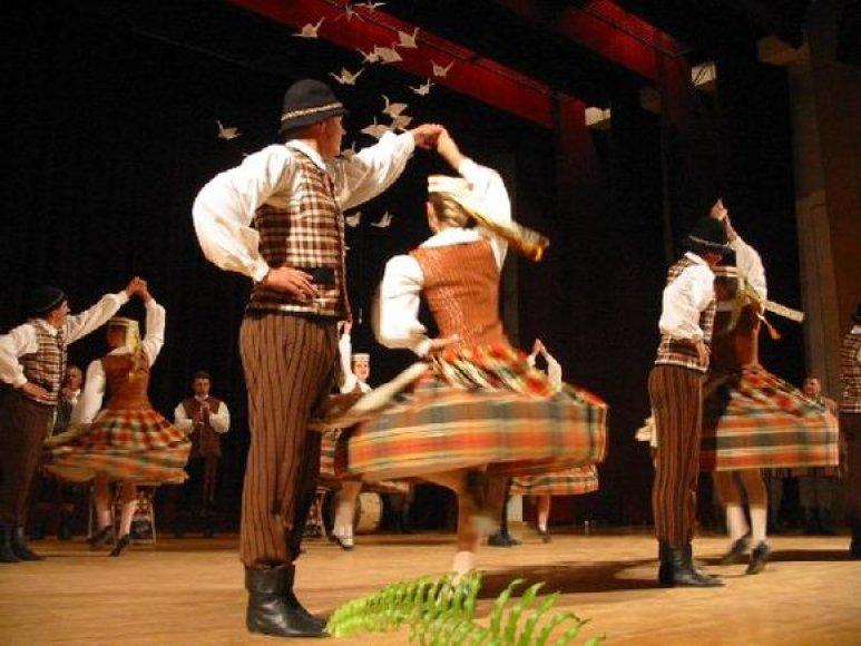 """VDU tautinių šokių kolektyvas """"Žilvitis""""."""