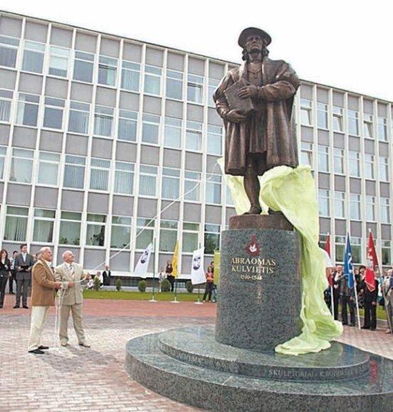 Lietuvos vardo tūkstantmečio paminėjimo proga vakar Jonavoje atidengtas paminklas eruditui A.Kulviečiui.