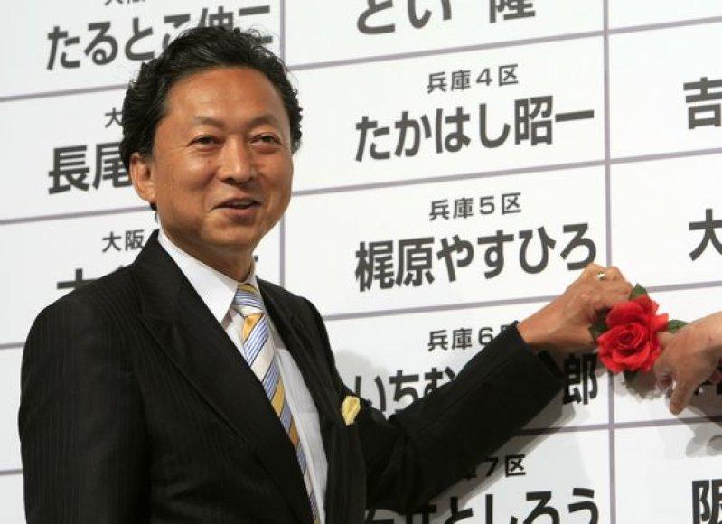 Nors Japonijos ekonomika pradeda atsigauti, rinkėjai valdžiai negailestingi ir savo balsus atidavė už kairiųjų lyderį Y.Hatoyamą.
