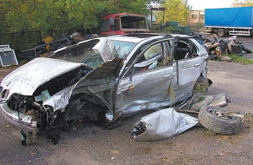 Iš BMW liko tik metalo laužo krūva.