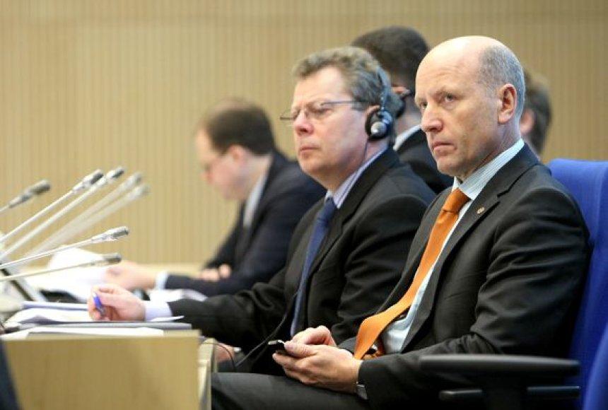 Vidaus reikalų ministras R.Palaitis ir Valstybės tarnybos departamento direktorius O.Šarmavičius (kairėje)