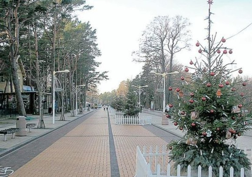 Palangos J.Basanavičiaus gatvės dalis nuo Birutės alėjos iki jūros tilto virto Eglių alėja.