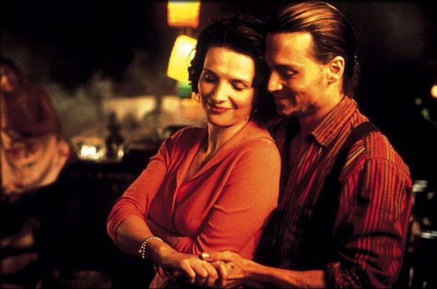 """(foto) Pagal romaną """"Šokoladas"""" pastatytame didžiulės sėkmės sulaukusiame filme vaidina J.Binoche ir J.Deppas."""