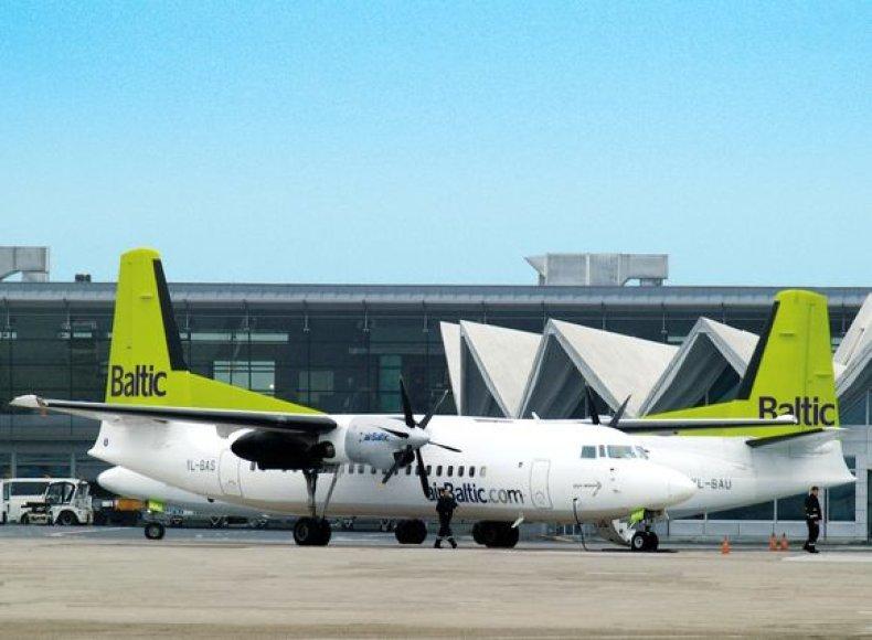"""""""airBaltic""""  lėktuvai oro uoste"""
