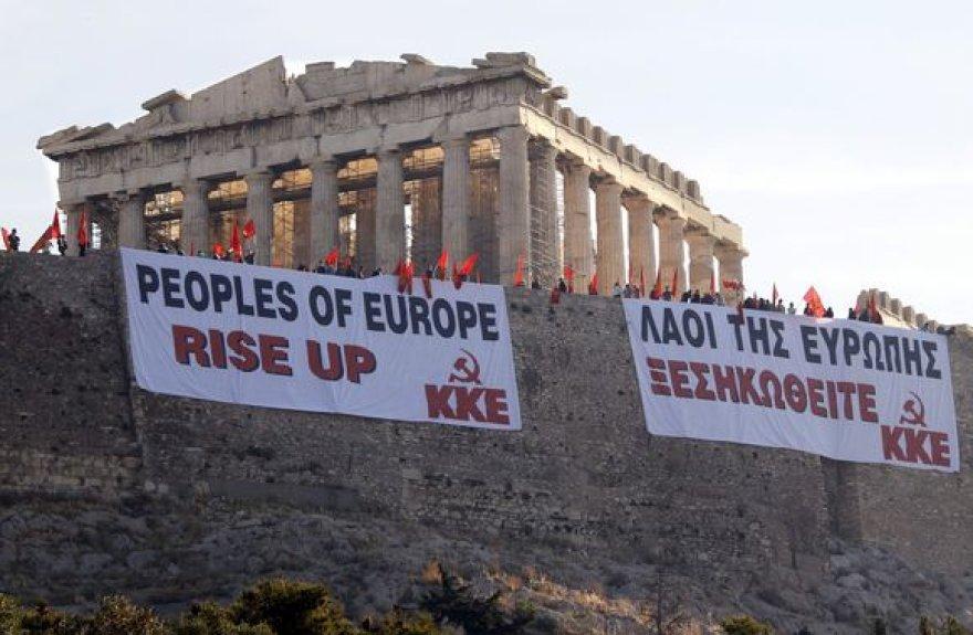 Protestuotojų plakatai Atėnų Akropolyje