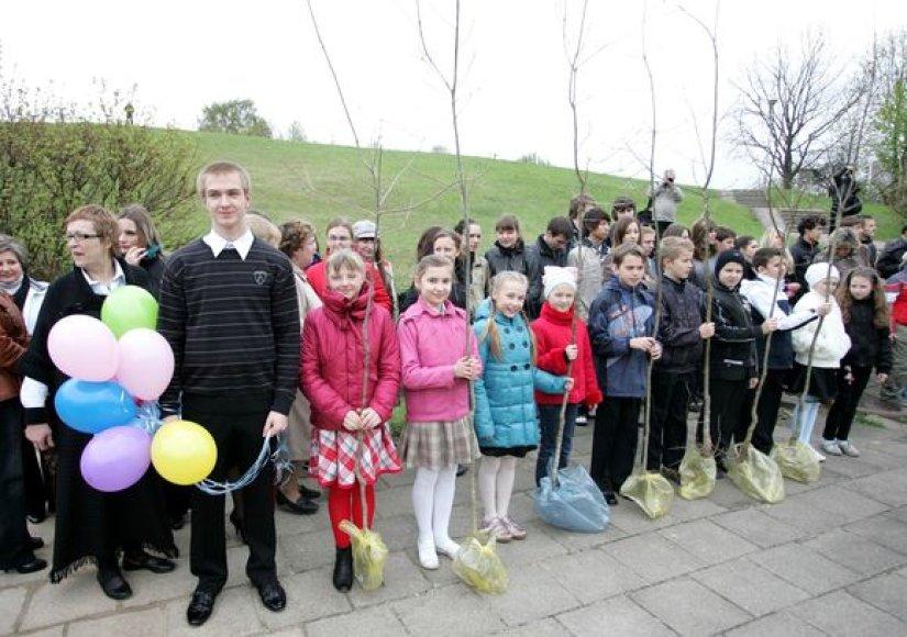 Vilniuje salia Aleksandro Puškino vidurinės mokyklos, politikai ir moksleiviai pasodino 96 ąžuoliukus.