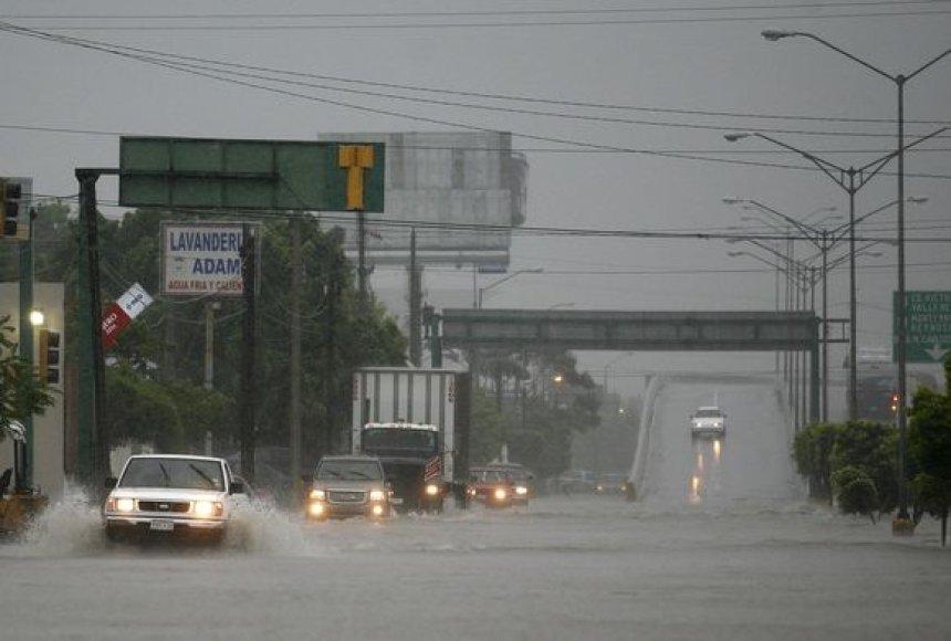 Atūžęs uraganas ir audros jau spėjo užtvindyti kai kurias Meksikos valstijų gatves.
