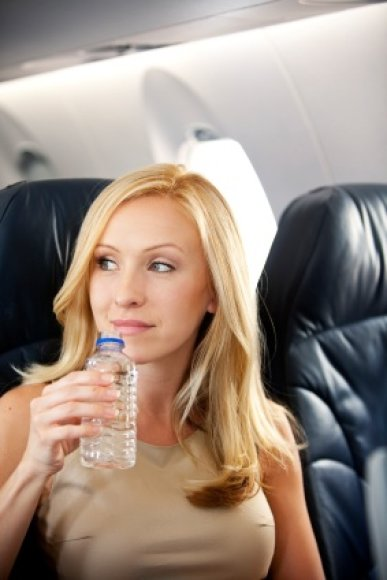Norint išvengti ausų užgulimo lėktuvui kylant ir leidžiantis patariama mažais gurkšneliais gerti vandenį.