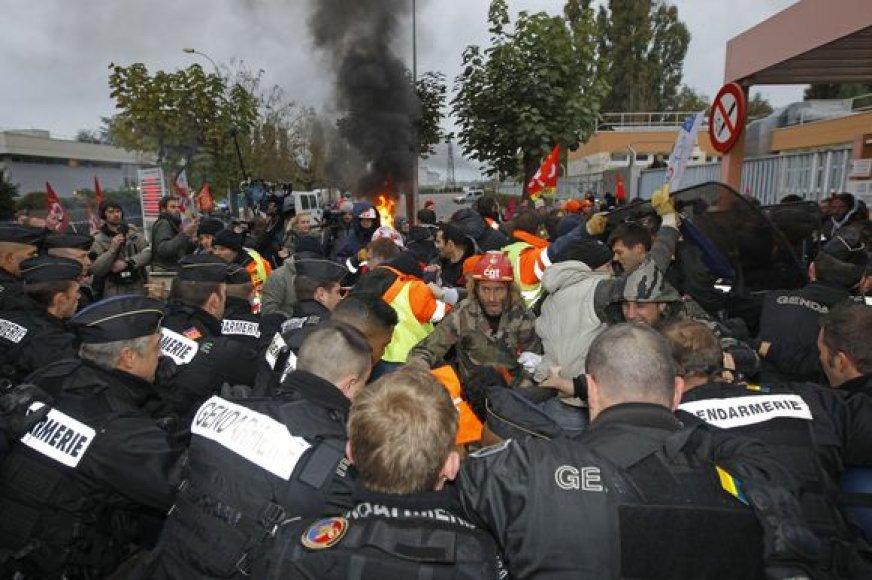 Prancūzijos policija nutraukė naftos perdirbimo įmonės blokadą.