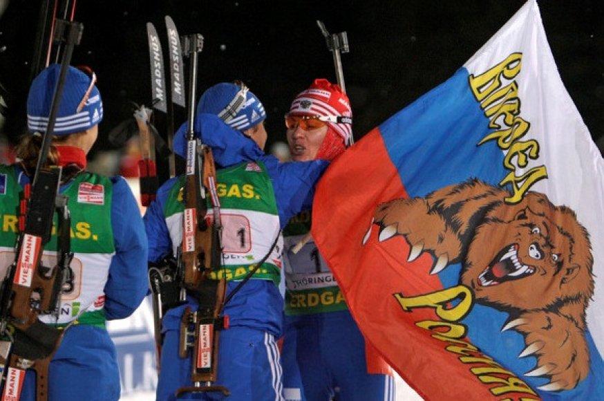 Rusijos biatlonininkės džiaugiasi dar viena pergale