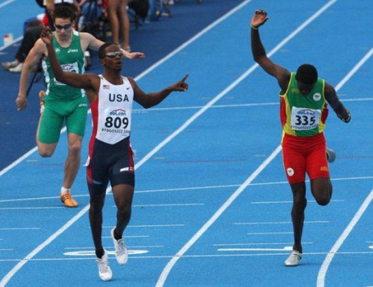 Jaunasis Grenados bėgikas James Kirani (dešinėje)