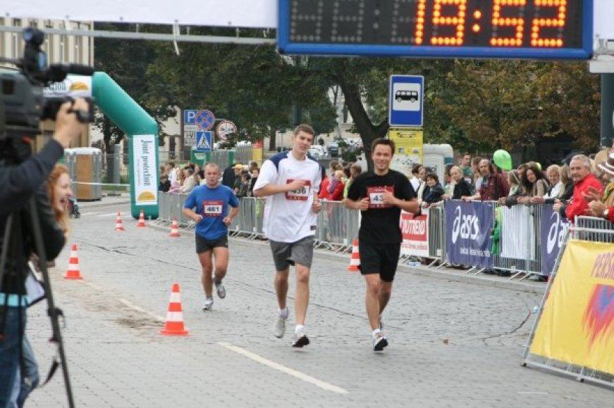 Paulius Augulis Vilniaus maratono trasoje (kairėje)