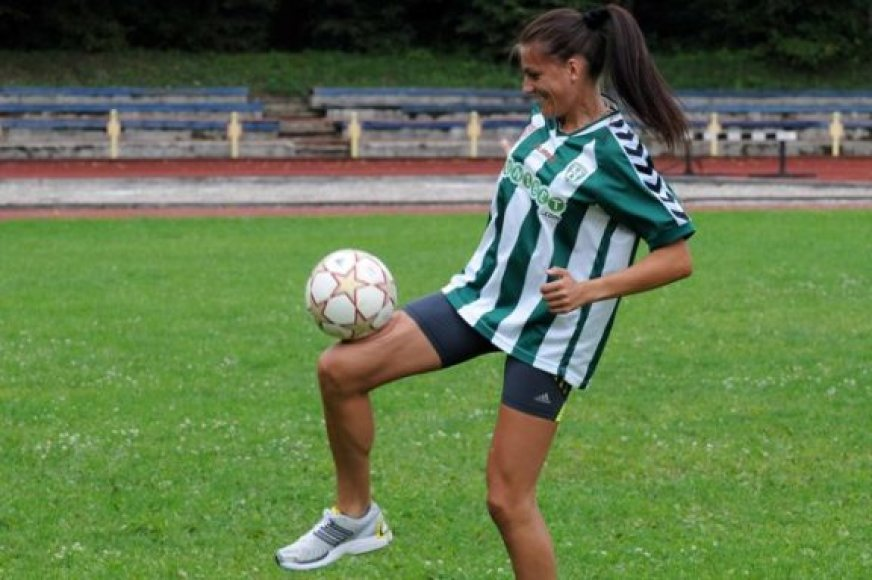 Diana Lobačevskė su futbolo kamuoliu