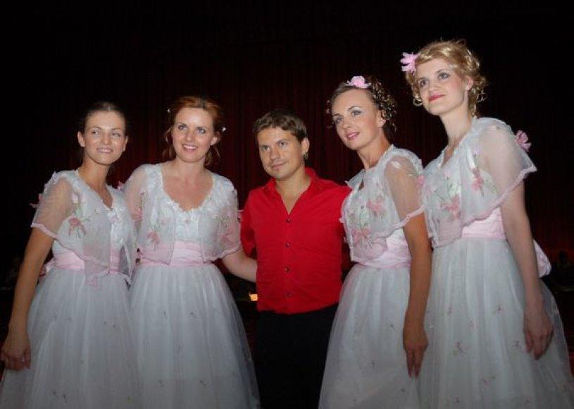 Deivis su trupės merginomis