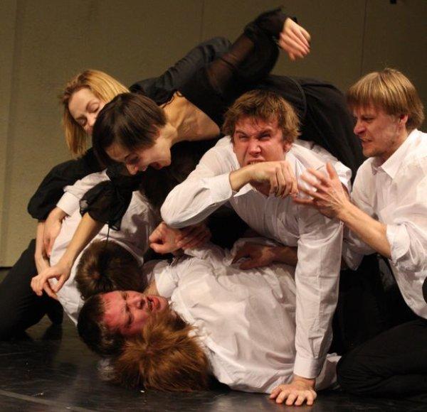 """Teatro NO99 spektaklis """"Kaip aiškinti paveikslus negyvam triušiui"""""""