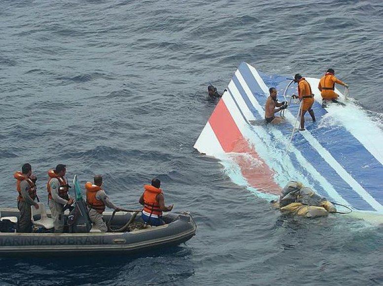 Iš vandens iškeliamos lėktuvo nuolaužos.