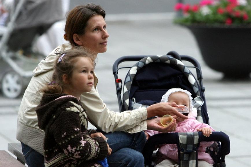 Į protestą rinkosi tėvai su mažais vaikais.