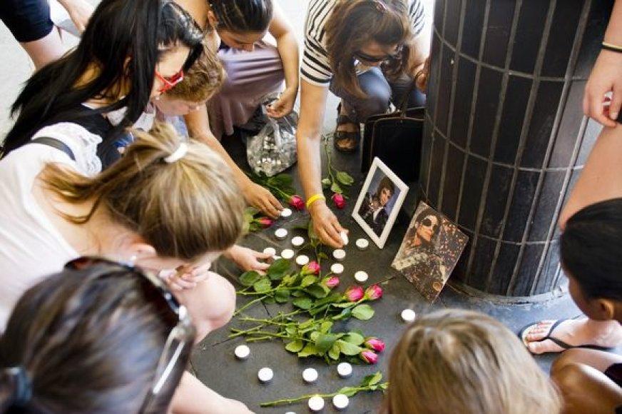 Švedijos jaunimas uždega žvakutes mirusiam popkaraliui.