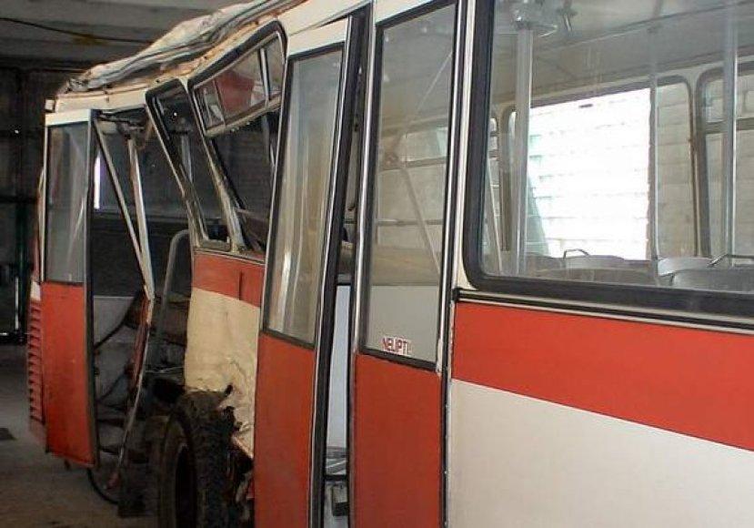 Avarijoje suniokotas autobusas