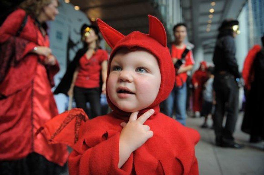 Perrengtas vaikas dalyvauja Helovino parade Hong Konge.