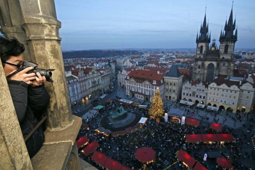 Turistas fotografuoja tradicinę Kalėdų mugę, kuri rengiama Senamiesčio aikštėje, Prahoje.