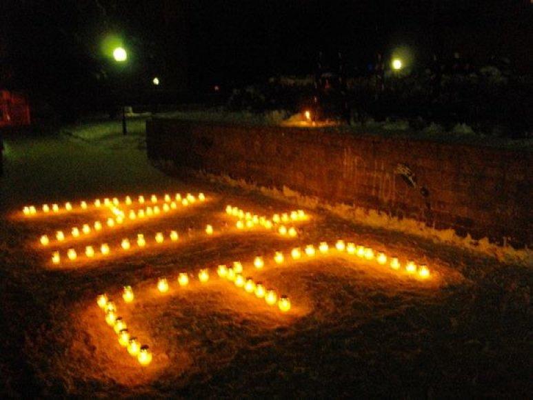 Iš žvakučių sudėliotas atsisveikinimo žodis.