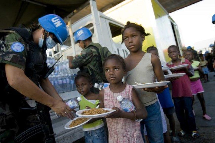 Jungtinių tautų darbuotojai dalija maistą ir vandenį.