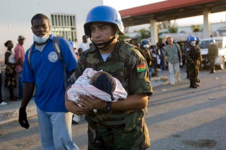 Į pagalbą nukentėjusiems atėję Jungtinių tautų darbuotojai.