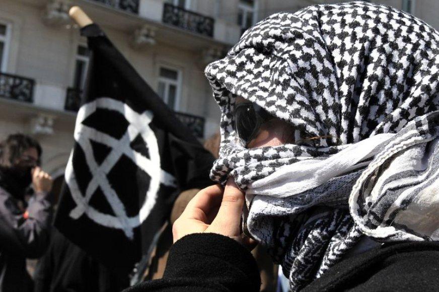 Graikijoje toliau tęsiasi neramumai. Ketvirtadienį protestuotojai gatvėse susirėmė su policija.