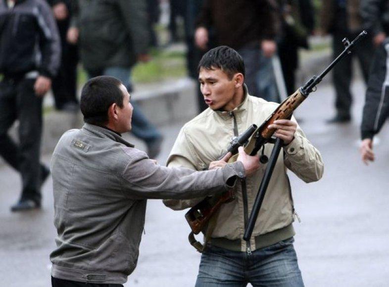 Kai kurie riaušininkai apsiginklavę iš teisėsaugos pareigūnų atimtais ginklais.
