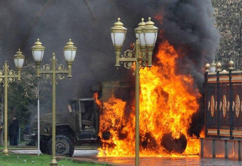Riaušininkai padeginėja karinę techniką.