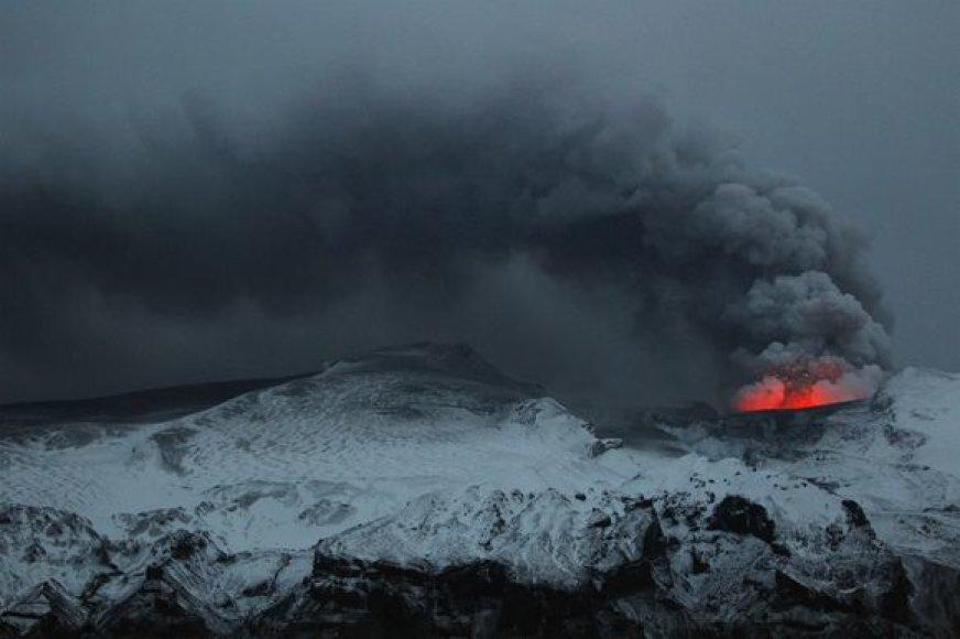 Iš ugnikalnio besivežiantys dūmai