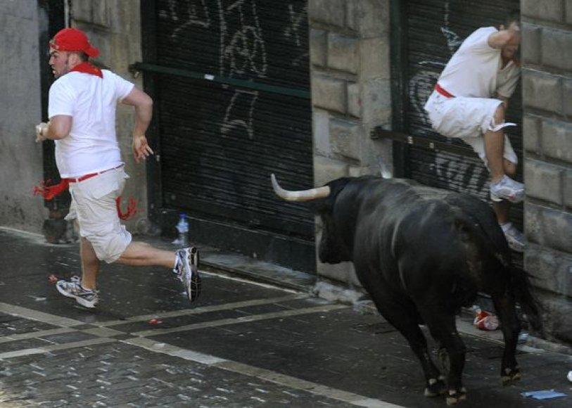 Ispanijos šiauriniame Pamplonos mieste šeštadienį per ketvirtąjį šių metų San Fermino festivalio bulių bėgimą buvo sužeisti trys žmonės.