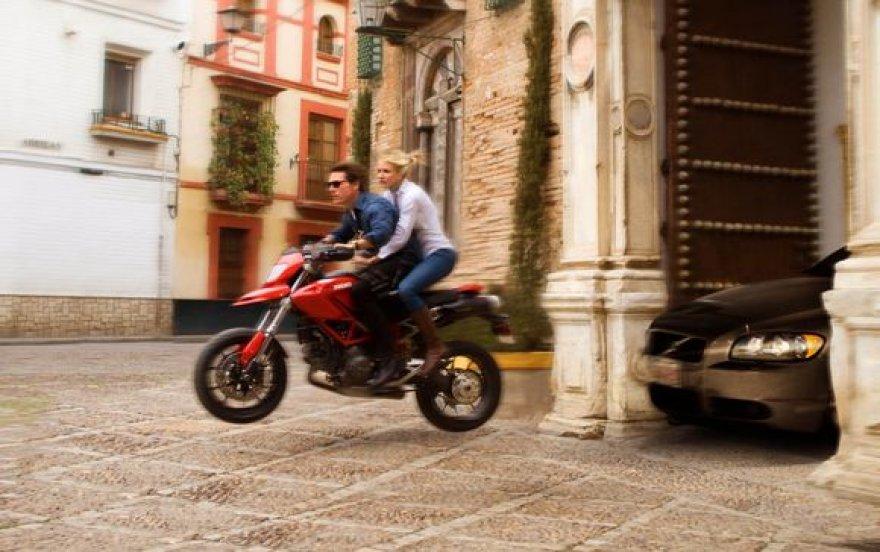 """Cameron Diaz ir Tomas Cruise'as filme """"Kaip diena ir naktis"""""""