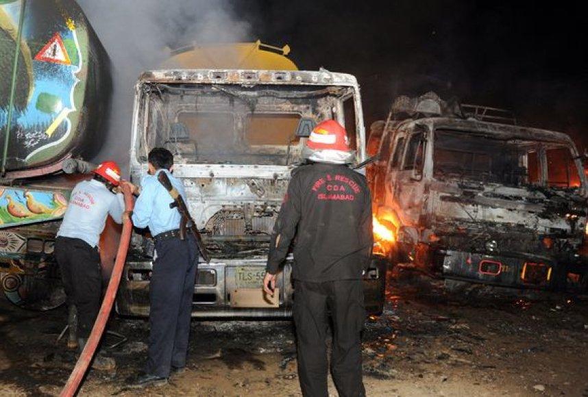 Apie 20 autocisternų, turėjusių gabenti naftos produktus Afganistane dislokuotoms NATO vadovaujamoms pajėgoms, pirmadienį buvo padegtos per išpuolį netoli Pakistano sostinės.