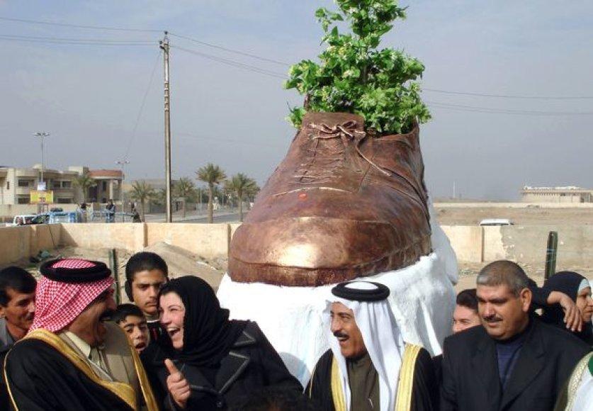 Irake pastatytas bronzinis į Bushą sviesto bato paminklas.