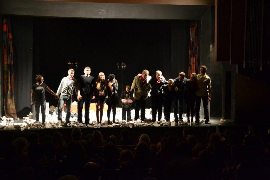 """Vilniaus """"Lėlės"""" teatre rodytas režisieriaus Justino Krisiūno spektaklis """"Emigrantai""""."""