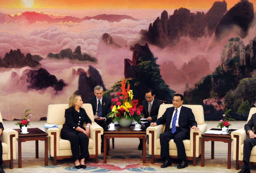 JAV valstybės sekretorė Hillary Clinton kalbasi su Kinijos vicepremjeru Li Keqiangu.