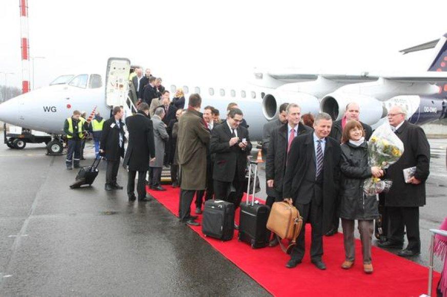 Vilniuje pirmadienį po pertraukos nusileido pirmasis iš Briuselio atskridęs lėktuvas, pradėsiantis tiesioginius skrydžius.